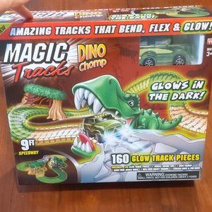 Magic Tracks Dino Chomp Glow track 160 pieces